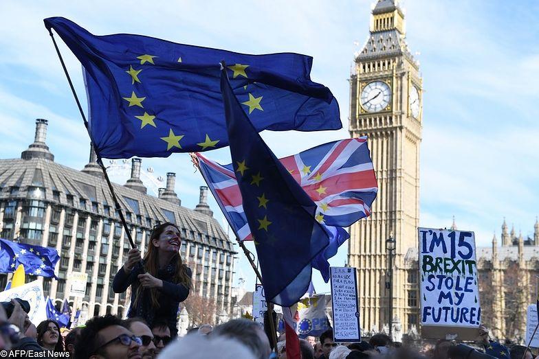 Brytyjska gospodarka ciągle trzyma się mocno, ale nadciągają już czarne chmury.