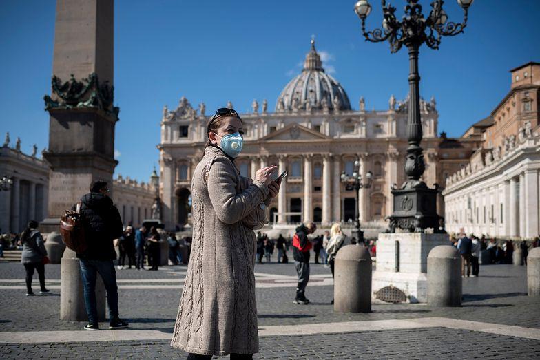 Plac Świętego Piotra to centrum chrześcijańskiego świata. Obecnie zamknięty dla turystów