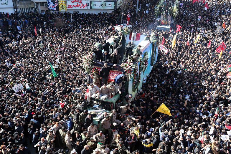 Pogrzeb generała zamienił się w wielotysięczną manifestację zapowiadającą zemstę na Amerykanach.