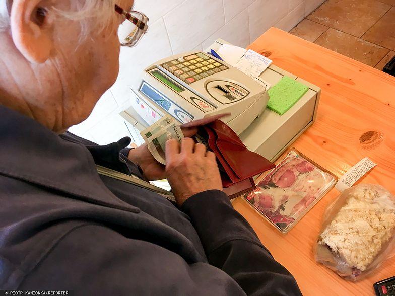 Seniorzy wciąż płacą gotówką. Stare przyzwyczajenia są dla nich zagrożeniem