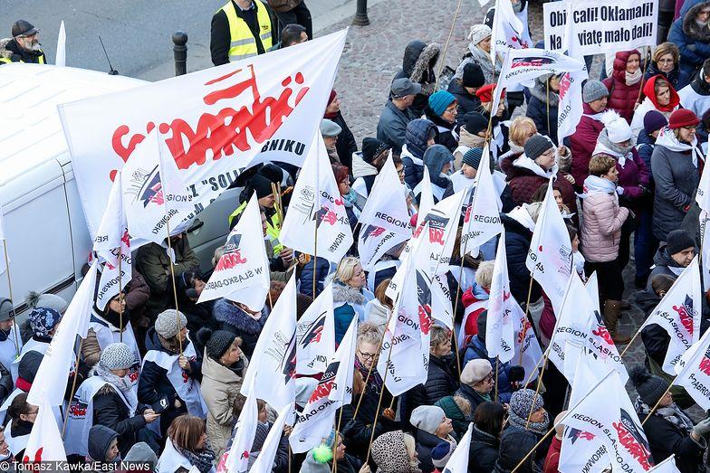 """Strajk nauczycieli to nie jedyny problem rządu. """"Solidarność"""" wypomina władzy niespełnione obietnice."""