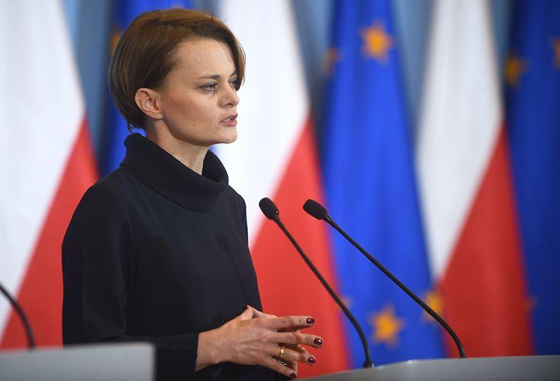 """Jadwiga Emilewicz uważa, że przyszłość Ostrołęki C """"staje pod poważnym znakiem zapytania""""."""