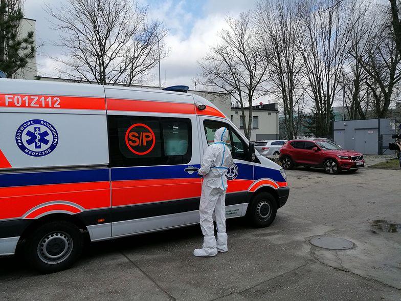 """Koronawirus w Polsce. Jesteśmy przed szpitalem. """"Nerwowo, ale bez paniki"""""""