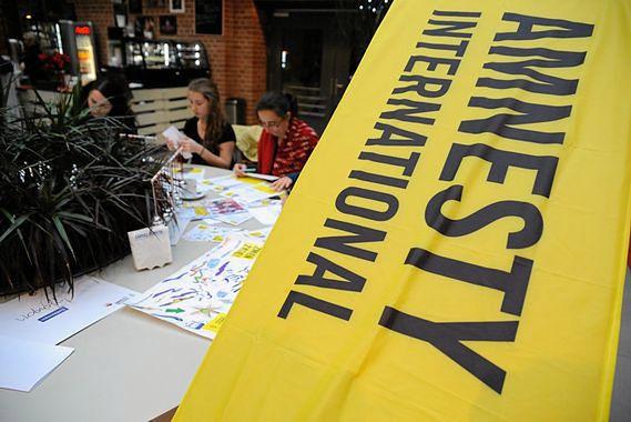Zadaniem Amnesty International jest tropienie poważnych naruszeń praw człowieka na całym świecie.