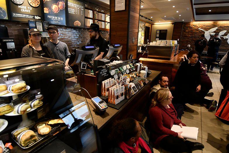 Pracownicy Starbucks nie są zadowoleni z benefitów.