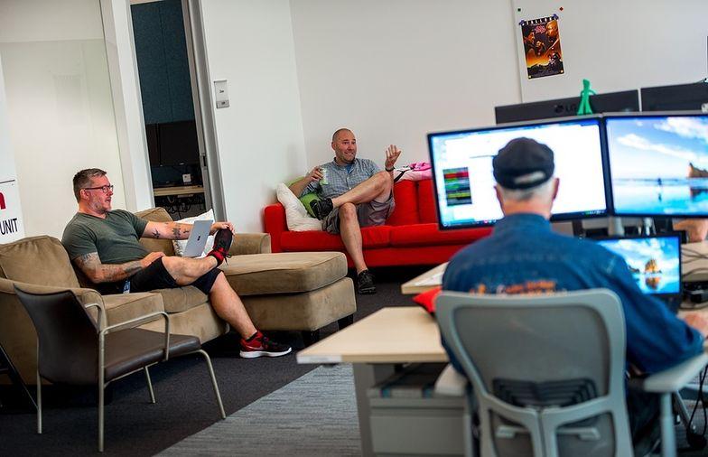 Około 90 proc. firm w biurowcach przeszło na tryb pracy zdalnej na stanowiskach biurowych.