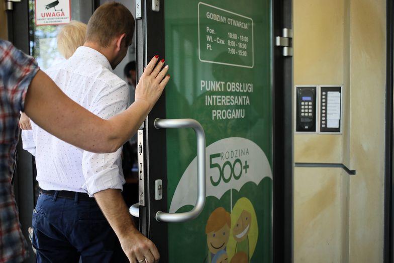 Pieniądze w nowym rozdaniu 500+ wypłacają już pierwsze gminy w Polsce