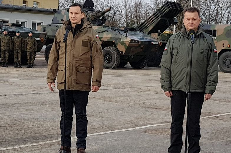 Premier Mateusz Morawiecki i minister obrony Mariusz Błaszczak odwiedzili w niedzielę żołnierzy w bazie w Wesołej.
