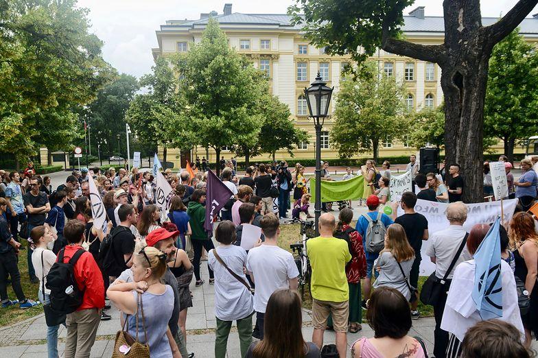 W piątek pod Kancelarią Premiera zorganizowany został spontaniczny protest klimatyczny.