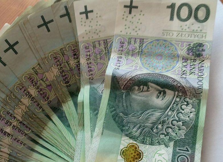 Cztery lata funkcjonowania podatku bankowego pokazują, że najwięcej tracą na nim klienci.