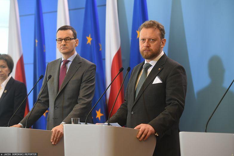 Premier Mateusz Morawiecki i minister zdrowia Łukasz Szumowski poinformowali w czwartek o kolejnych obostrzeniach i zaleceniach w związku z koronawirusem