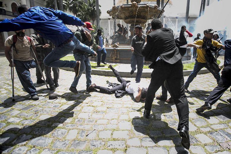 Zamieszki w Wenezueli. USA nakładają sankcje na firmy, które współpracują z nieuznawanym rządem.