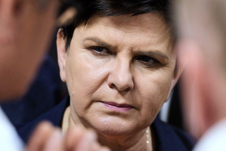 Beata Szydło położyła na stole 350 zł dla nauczycieli.