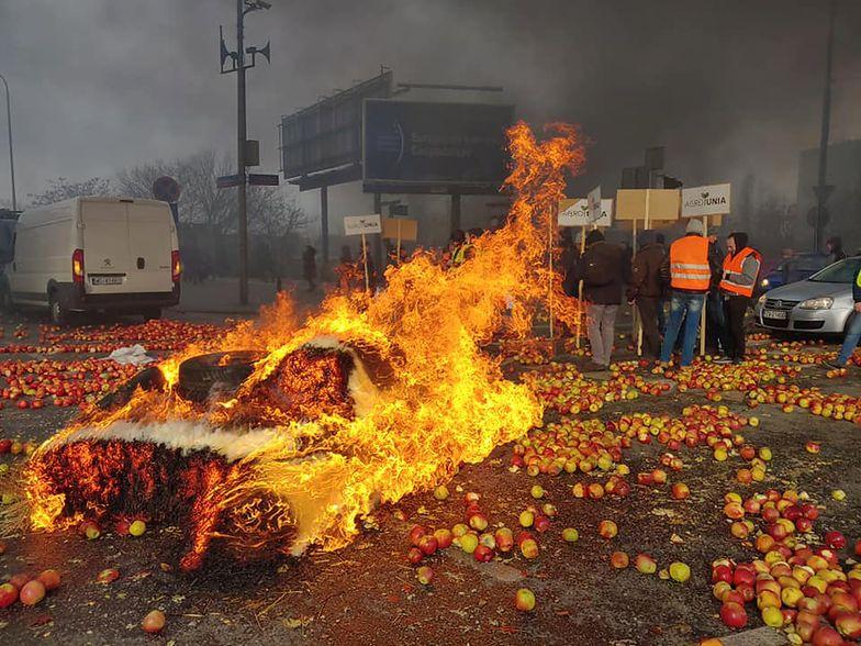 Służby miejskie oceniły, czy podpalenie opon trwale uszkodziło nawierzchnię ronda Zawiszy.