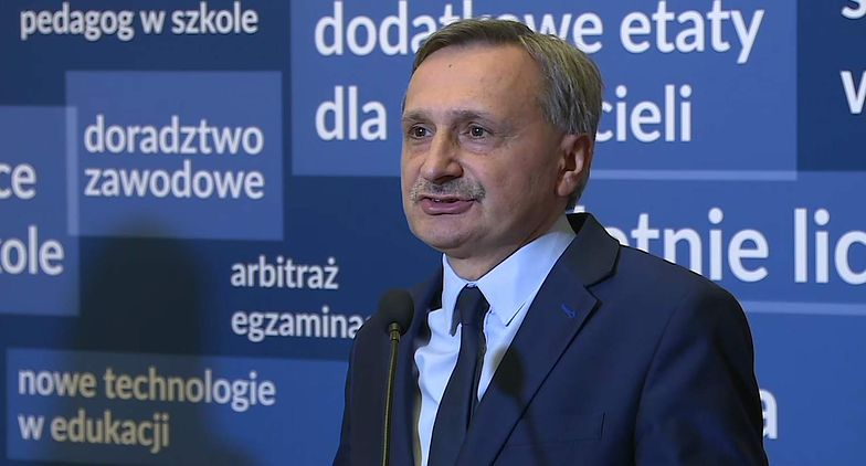 Wiceminister Maciej Kopeć podczas poniedziałkowej konferencji w MEN.