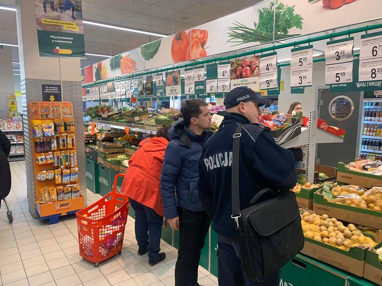 Agrounia wzywa policję do sklepu.