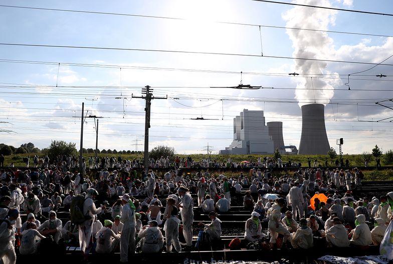 """Uczestnicy inicjatywy """"Ende Gelaende"""" w proteście blokują tory kolejowe"""
