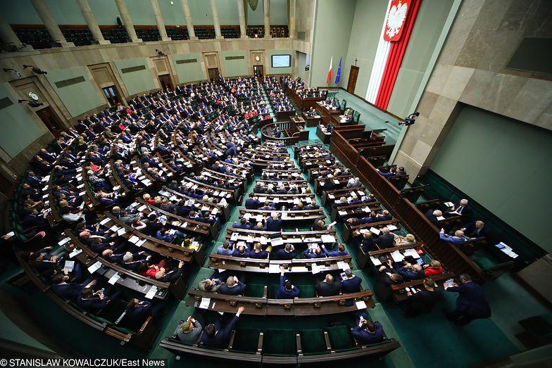 """Opozycja uważa, że sposób prawnego rozwiązania """"trzynastek"""" narusza przepisy."""