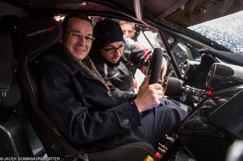 Premier Morawiecki przymierza się do Arrinery Electric - polskiego auta elektrycznego. Samochód od zera do 100 km/h przyśpiesza w 2 sek.