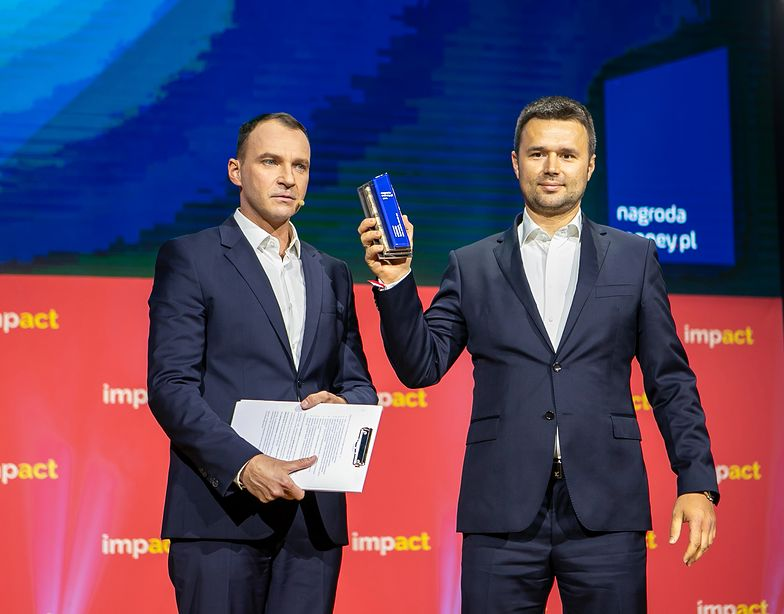Marcin Grzymkowski, prezes eObuwie.pl, ze statuetką