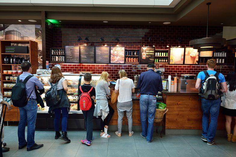 Starbucks, choć do tanich nie należy, przyciąga rzesze klientów