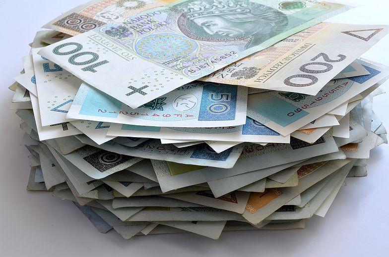 Pracownik otrzymuje na konto kwotę netto. Ile należy najpierw odliczyć od kwoty brutto?