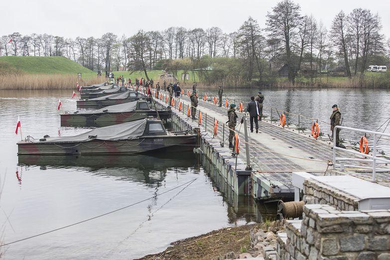 Wojsko często rozstawia mosty pontonowe. Jednak nigdy nie mocowano na nich tak wielkich rurociągów.