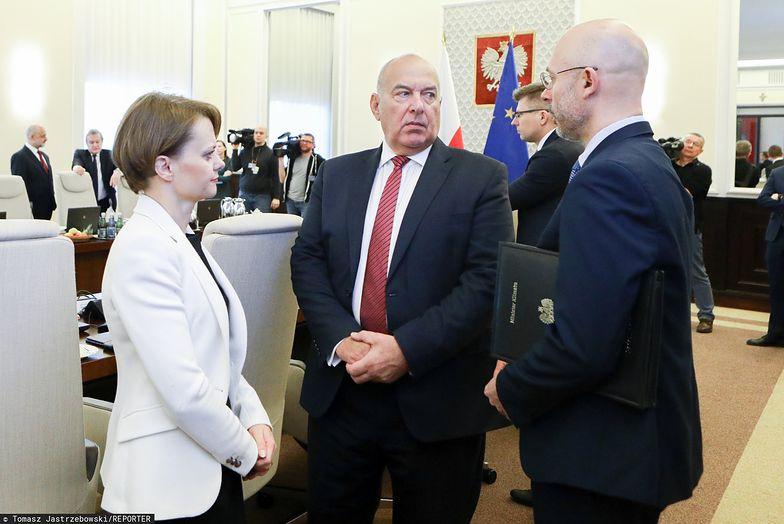 Minister finansów Tadeusz Kościński (w środku) będzie musiał się nagimnastykować przy tegorocznym budżecie.