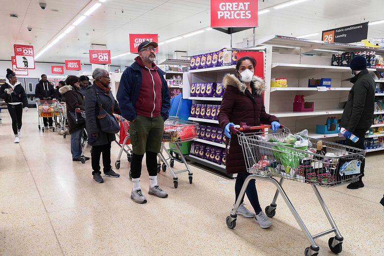 Tesco zatrudnia nowych pracowników w Wielkiej Brytanii. Sieć supermarketów odczuła niedobory personelu z powodu epidemii koronawirusa.