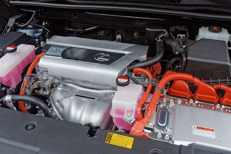 Pierwszy na świecie luksusowy samochód z samodoładowującym się elektrycznym napędem hybrydowym został zaprezentowany przez markę Lexus w 2004 roku