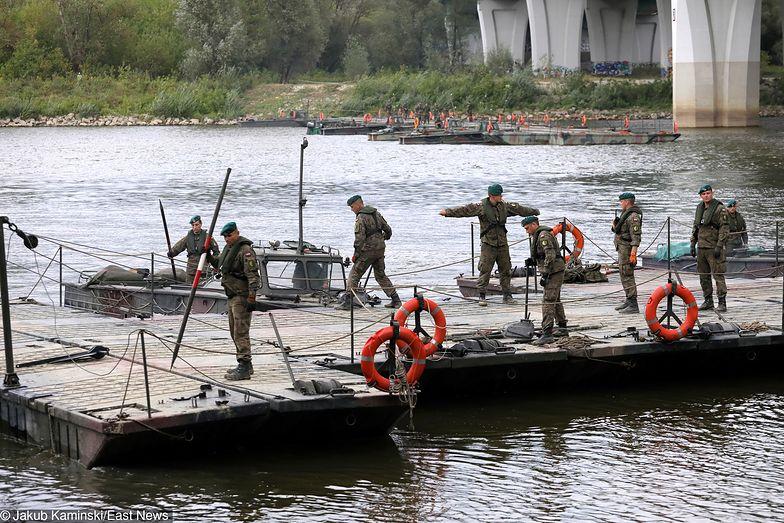 Żołnierze budują most pontonowy na Wiśle, by poradzić sobie z płynącymi do rzeki ściekami
