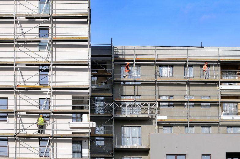 Deweloperzy na razie są w stanie przerzucać wyższe koszty swojej działalności na nabywców mieszkań.