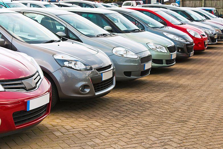 Polacy spieszą się z zakupem samochodów. By zarejestrować je przed zaostrzeniem przepisów.