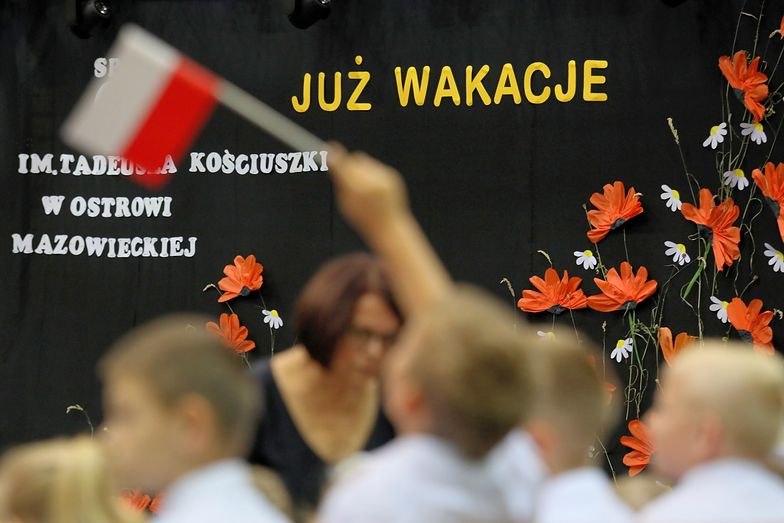 Nowa moda w Polsce - prezent na zakończenie roku szkolnego. NA zdj. SP nr 1 w Ostrowi Mazowieckiej (2018 r.)