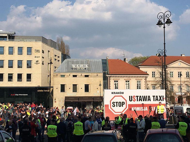 Taksówkarze zorganizowali pikiete przed Ministerstwem Przedsiębiorczości i Technologii, w którym od godziny 14 trwały rozmowy z rządem