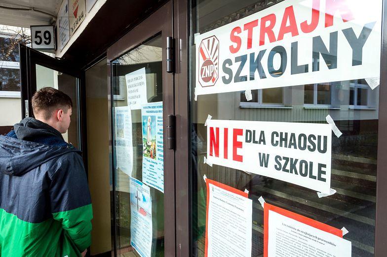 Samorządy chcą zapłącić nauczycielom za dni strajku.