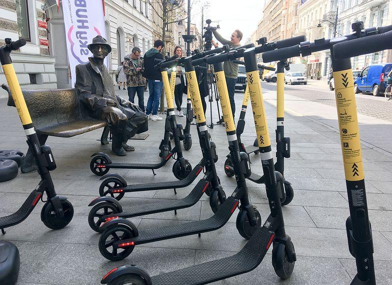 Elektryczne hulajnogi szybko zyskują popularność w wielu miejscach na świecie. Na zdjęciu hulajnogi w Łodzi.