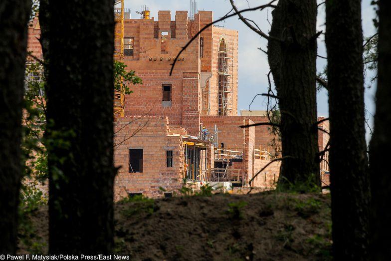 Zamek w Stobnicy powstaje na obszarze chronionym ze względu na swoje walory przyrodnicze