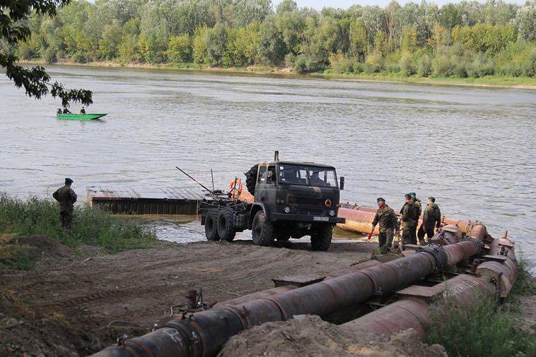 Wojsko przywiozło pierwsze elementy mostu pontonowego na Wisłę