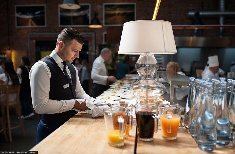 Zamknięcie kin i restauracji odbiło się na pensjach kelnerów i innych pracowników