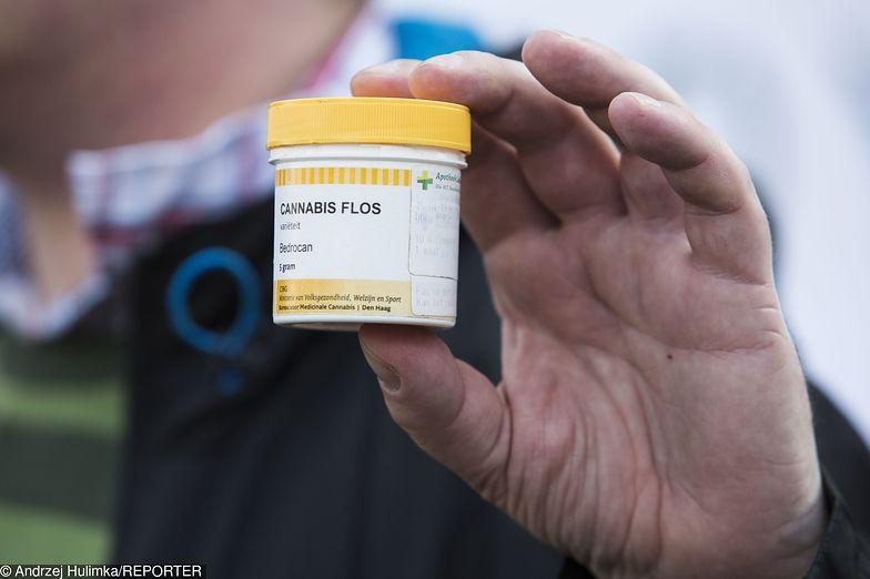 Handel pudełkami po medycznej marihuanie kwitnie w internecie.