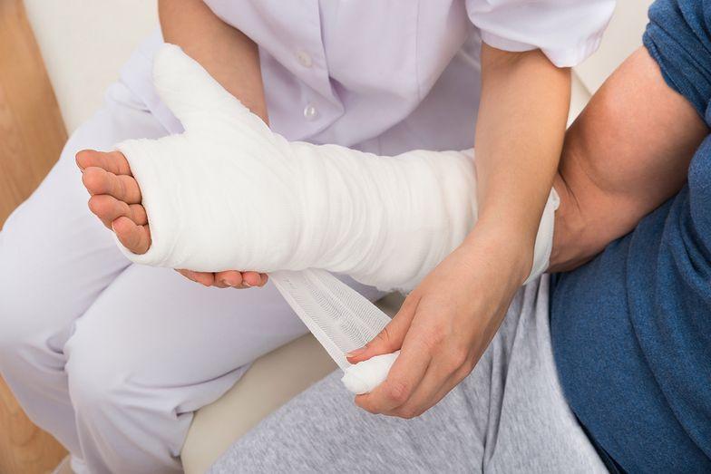 Ubezpieczenie NNW zwykle obejmuje też wypłatę świadczenia za każdy dzień pobytu w szpitalu.