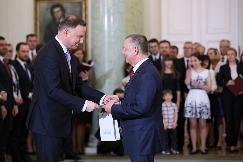 Sejm. Marian Banaś przyjmuje gratulacje po wyborze na szefa Najwyższej Izby Kontroli.
