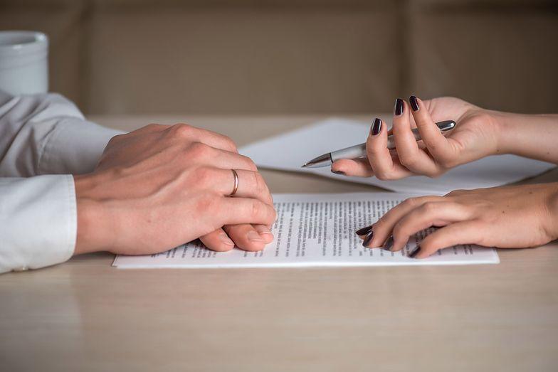 Pozew sądowy może dotyczyć różnego typu spraw, np. rozwodu czy żądania zwrotu jakiejś kwoty