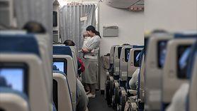 Mama w samolocie. Przygotowała prezenty dla innych pasażerów (WIDEO)