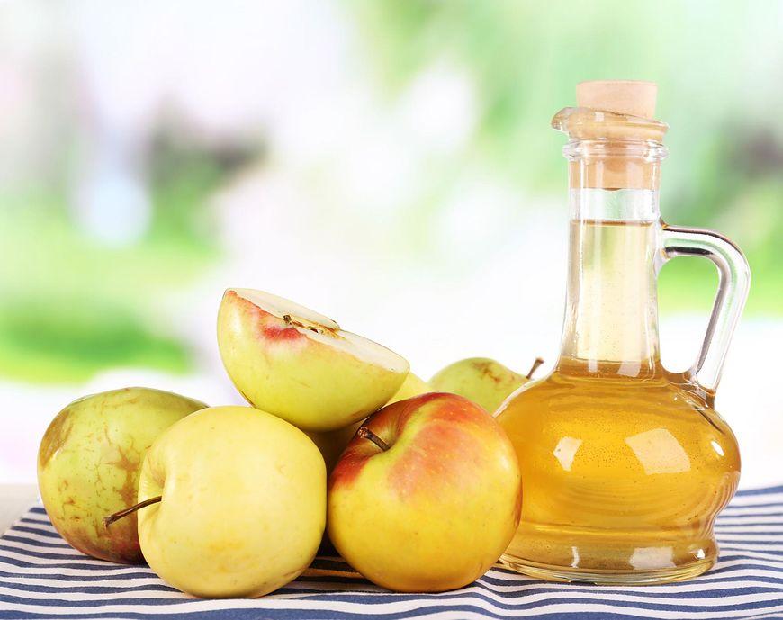 Ocet jabłkowy można używać w kuchni lub jako środek kosmetyczny.