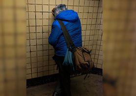 Niepełnosprawny Kacper śpi na klatce. Matka wyrzuciła go z domu