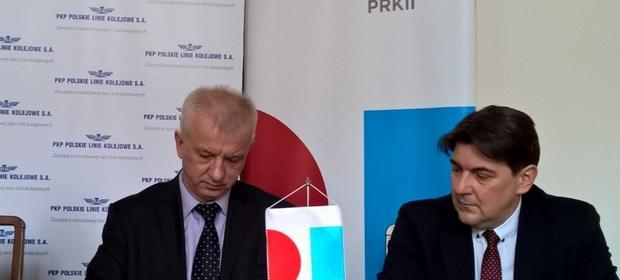 Jarosław Tomaszewski (z lewej) na uroczystym podpisaniu jednej z umów