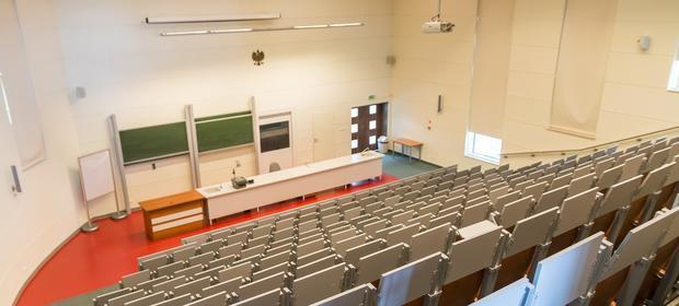 Od kilkunastu lat uczelniom prywatnym ubywa studentów. Wiele z nich oszczędza na składkach ZUS.