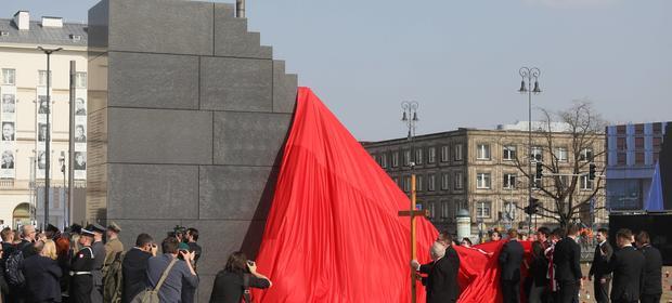 Budowę Pomnika Ofiar Tragedii Smoleńskiej pochłonęła 4 mln zł środków zebranych przez komitet.